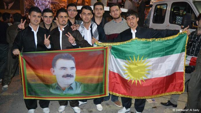 أعلام الإقليم وصورة الزعيم الكردي أوجلان