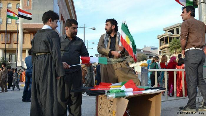 علم كردستان إلى جانب علم العراق