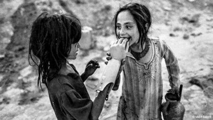 لدِن في ملف للصور الملتقطة بعدسة المصوّر الإيراني ماجد سعيد.  الصورة الأولى:    اللعب بيد صناعية بدل اللعب بدمية.