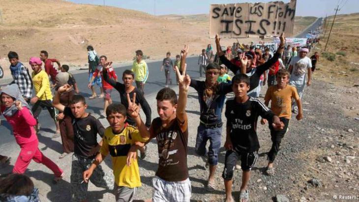 """فر الآلاف من أفراد الأقلية الأيزيدية من بطش مقاتلي تنظيم""""الدولة الإسلامية""""."""