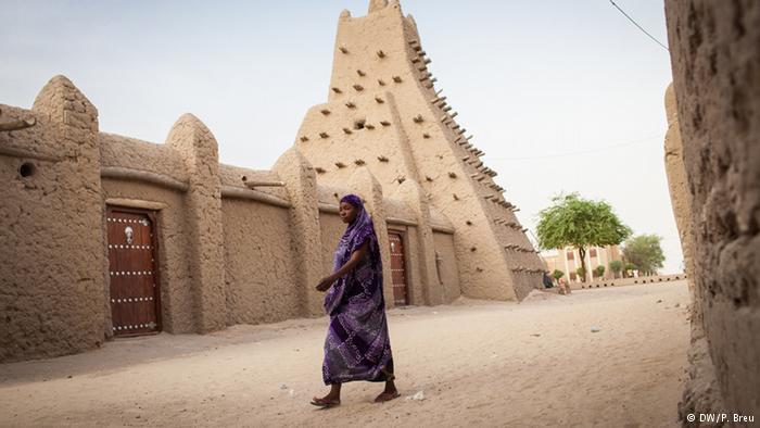 الوضع السياسي في مالي لا يزال متوترا والجيش المالي ضعيف لضمان الأمن في البلاد. وفي 2012 فر العديد من سكان تمبكتو ولم يعودوا حتى اليوم إلى ديارهم.