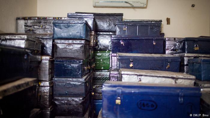 عندما بدأ متشددون في 2012 بتدمير المدينة التاريخية بشمال مالي، قام عدد من الماليين بتهريب مئات الآلاف من المخطوطات من تمبكتو إلى العاصمة باماكو.