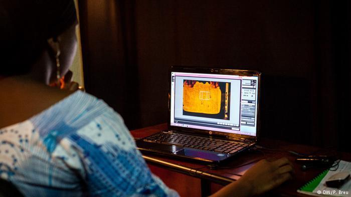 في العاصمة باماكو يقوم عدد من الخبراء بحفظ المخطوطات رقميا من خلال تصوير كل صفحة على حدة، فحصها ثم تخزينها في كتالوغ خاص في الأرشيف المركزي المالي.