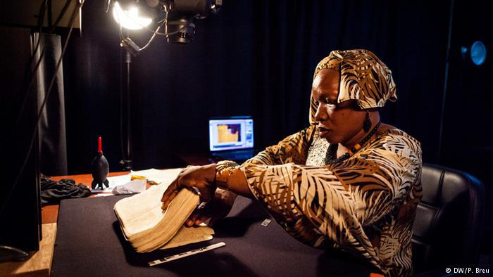 عملية التخزين الرقمي تهدف إلى إطالة عمر المخطوطات في حال تآكلت بسبب ارتفاع درجات الحرارة في باماكو، وكذلك إلى إتاحة المجال للجميع للاطلاع عليها.