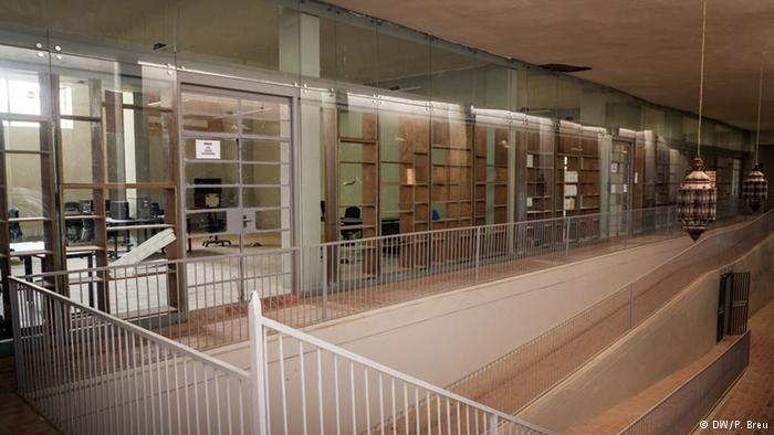 معهد أحمد بابا، الذي مولته السعودية ومؤسسة آغا خان وأموال من جنوب إفريقيا والمجهز بمكتبة وأرشيف وآلات خاصة لحفظ المخطوطات، فارغ اليوم والغبار يغطيه.