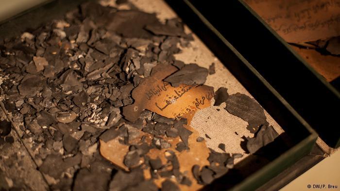 عندما قدم الإسلاميون المتشددون إلى تمبكتو أرادوا أن يظهروا لليونسكو وللغرب قوتهم، فجمعوا عددا من المخطوطات في بهو معهد أحمد بابا وأضرموا فيها النار.