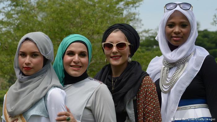 النيجيرية بلقيس أديبايو (يمين الصورة)، وبجانبها دينا توركيا من بريطانيا، وزمانه زاند من إيران، وأينور نيليسيا من ماليزيا، اجتمعن في إندونيسيا للسباق على اللقب.