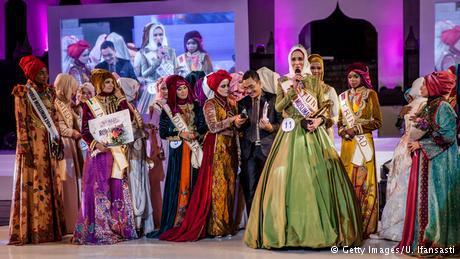 """19 شابة يرتدين الحجاب تنافسن على لقب """"التاج الإسلامي""""."""