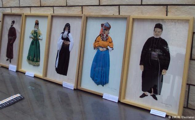 لوحات فنية تعرف باللباس المغربي التقليدي لفنانة عصامية اسمها كلودين مستاري ولدت بباريس من أم فرنسية وأب جزائري وهي تقيم في مراكش.
