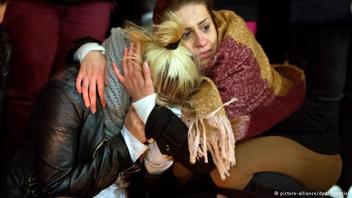 عم الحزن والأسى أمام المستشفى الذي كانت ترقد فيه الطالبة توتشه التي دفعت حياتها ثمن مساعدتها للآخرين