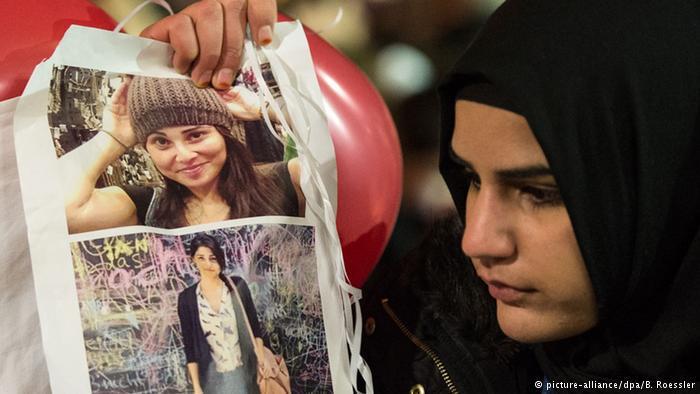 امرأة تحمل صورة الشابة التركية توتشه