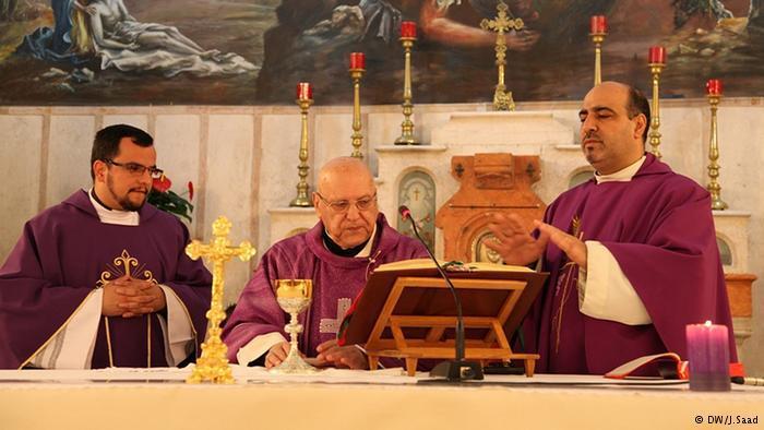 مراسم الاحتفال تبدأ بإقامة الصلوات وترتيل ترنيمات خاصة باللغة العربية وأخرى باللاتينية.