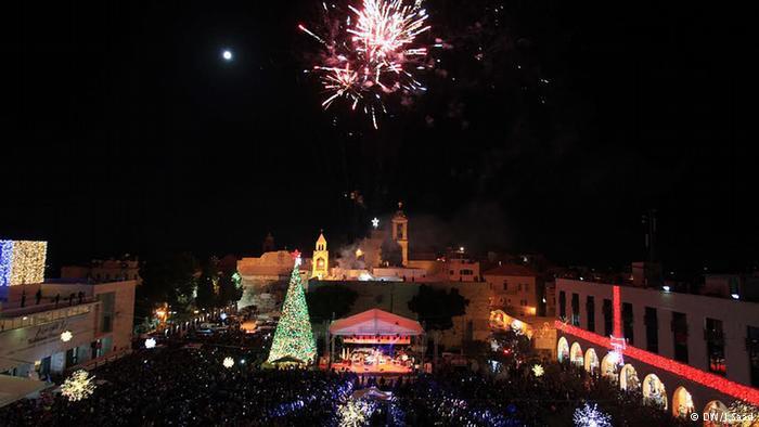 بيت لحم تتحول إلى مدينة تشع بالألوان والأنوار بعد أن تتزين شوارعها وأسطح منازلها بزينة العيد