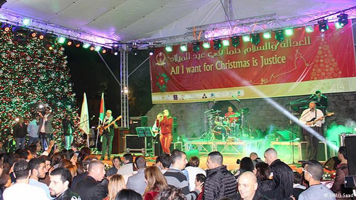 """رفعت رئيسة بلدية بيت لحم السيدة فيرا بابون شعار العيد لهذا العام """"أنا أريد في عيد الميلاد العدالة""""."""