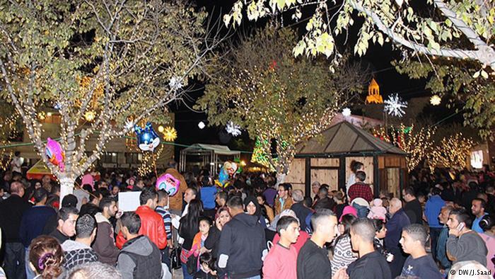 يتوجه الفلسطينيون إلى البازار السنوي أو كما يسمى سوق الميلاد