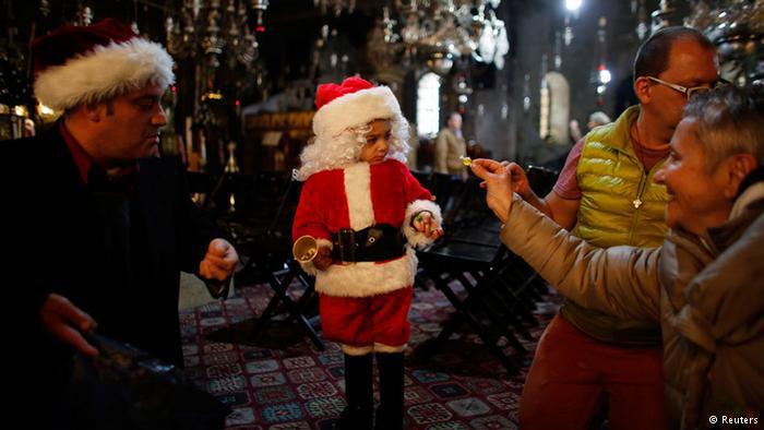 """يخرج الأطفال والشباب مرتدين ملابس بابا نويل ويطوفون على بيوت الجيران والأقارب و""""يعايدونهم"""" فيتم إعطاءهم بعض الحلويات وكعك العيد."""