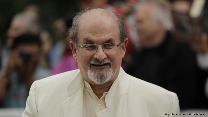 """عام 1989، أصدر الزعيم الإيراني آية الله الخميني فتوى بإهدار دم سلمان رشدي بسبب تأليفه رواية """"آيات شيطانية"""" التي اعتبرها (الخميني) مسيئة للإسلام."""