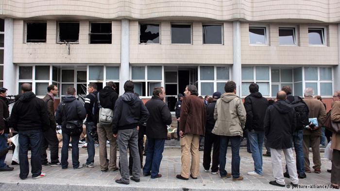 عام 2011، تعرض مقر صحيفة شارلي إيبدو الفرنسية الساخرة لهجوم بالقنابل الحارقة بعد نشرها رسوما ساخرة من النبي محمد.