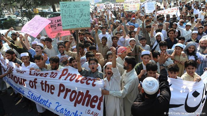 عام 2005، قُتل 50 شخصا على الأقل باحتجاجات في العالم الإسلامي بسبب رسومات كاريكاتورية للنبي محمد نشرتها صحيفة يلاندس بوستن الدنمركية، والتي يقول مسلمون كثيرون إنها جرحت مشاعرهم.
