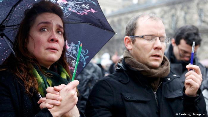 في السابع من يناير من عام 2015، قتل مسلحون 12 شخصا في باريس منهم محررون ورسامون في أسبوعية شارلي إيبدو الفرنسية الساخرة المعروفة بانتقادها للإسلام.