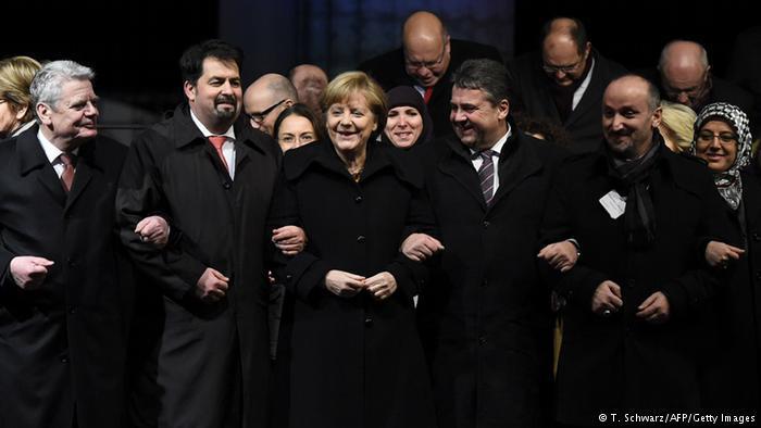 المشاركون شبكوا أذرعهم في لقطة رمزية لإظهار وحدة الشعب الألماني بكافة أطيافه ضد العنصرية. كبار السياسيين الألمان كانوا أول المبادرين لذلك.