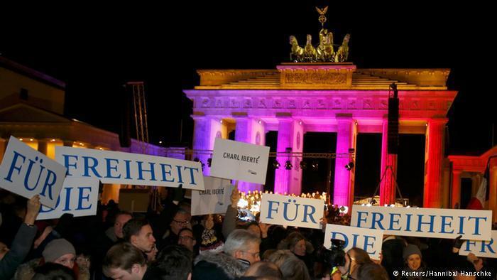متظاهرون يرفعون لافتة تحمل كلمة الحرية، وهي من القيم التي يطالب الكثير من الساسة الألمان حالياً بالدفاع عنها إلى جانب قيم التسامح والتعايش مع الآخر.