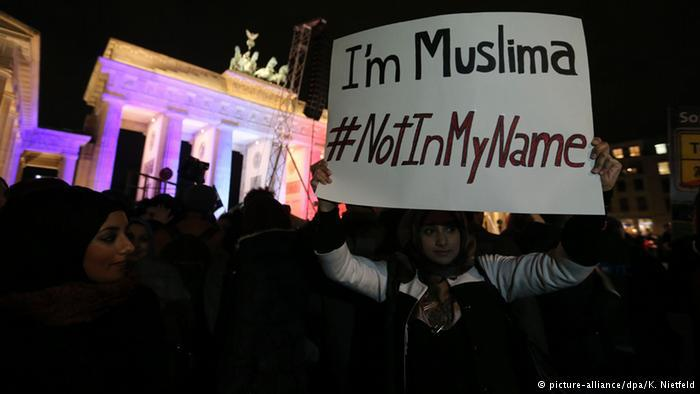 """""""ليس باسمي"""" هي لافتة رفعها أيضا العديد من المسلمين في المظاهرة في برلين، كهذه الفتاة المسلمة مثلاً."""