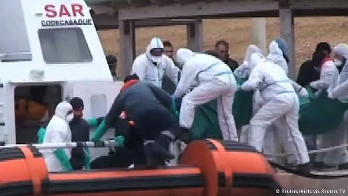 رجال خفر السواحل الإيطالية ينقلون جثامين 29 مهاجرا سريا بعد أن تم انتشالهم من وسط البحر قرب السواحل الليبية مطلع شباط/فبراير، ما أثار انتقادات حول سياسة الأوروبيين بشأن الهجرة.