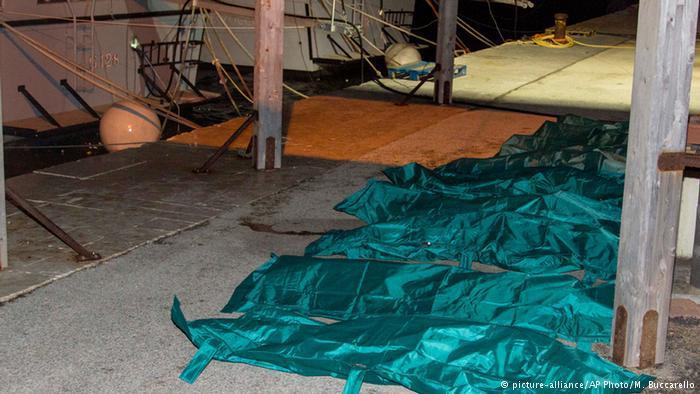 جثامين ضحايا الهجرة السرية في ميناء لامبيدوزا الإيطالي بانتظار نقلهم إلى الطبابة الشرعية، ومن ثم دفنهم كمجهولين.