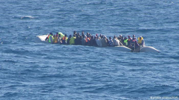 هكذا يركبون البحر إلى المصير المجهول. يدفعون آلاف الدولارات للمهربين دون معرفة أين ستنتهي بهم الرحلة الخطيرة عبر المتوسط.