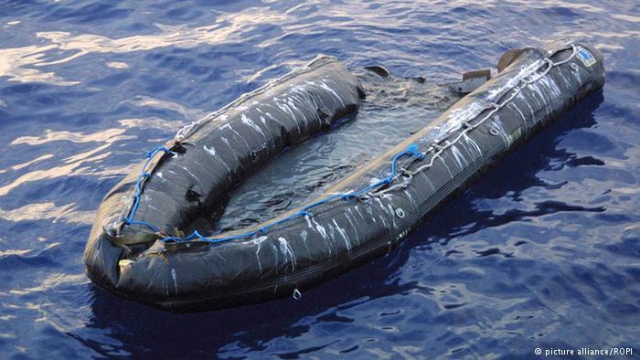 قوارب مطاطية يستخدمها المهربون لنقل المهاجرين السريين، مع علمهم مسبقا أن هذه القوارب لا تقاوم ظروف البحر وتنتهي بركابها إلى الموت.