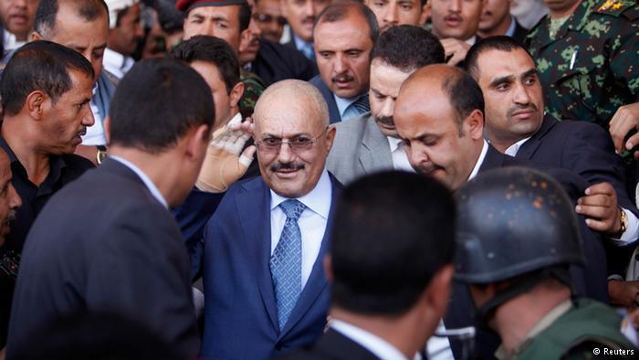 قال مراقبون إن الميليشيات الحوثية استفادت من دعم مباشر من القوات الموالية للرئيس السابق علي عبد الله صالح، إلا أن الغموض لا يزال يكتنف الدور الذي لعبه صالح وعما إذا كان فعلا قد تحالف مع أعدائه السابقين الذين حاربهم لسنوات في صعدة.