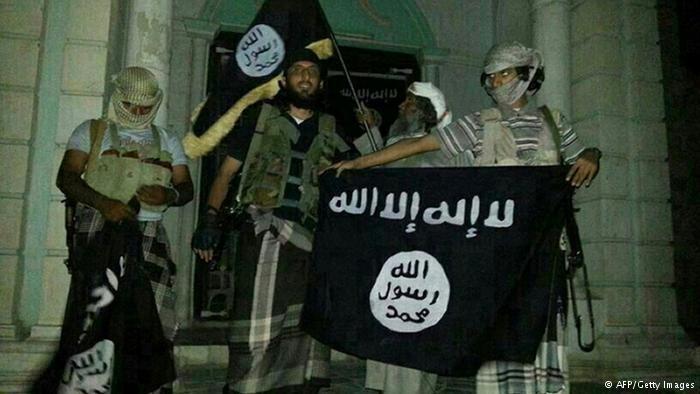 اليمن هو مقر تنظيم القاعدة في جزيرة العرب أحد أكثر فروع التنظيم المتشدد نشاطا. وتستخدم الولايات المتحدة منذ وقت طويل طائرات بلا طيار في مهاجمة المتشددين وهي إستراتيجية يقول المنتقدون إنها فشلت في تحقيق أثر حاسم وأذكت المشاعر المعادية لأمريكا في اليمن.