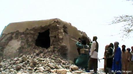 تدمير الأضرحة ليس مقصورا على داعش فقط وإنما قام به مقاتلون في مالي في عام 2012. حيث دمروا أضرحة إسلامية في تومبكتو موضوعة على لائحة التراث العالمي.