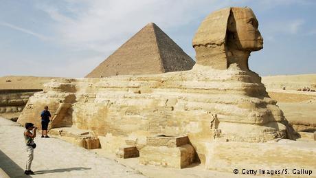 كما قال متشددون في مصر بعد ثورة يناير إنهم عازمون على هدم الآثار الفرعونية. وكان أحد المتصوفين قد كسر أنف أبوالهول الشهير في القرون الوسطي، بحسب رواية المقريزي.