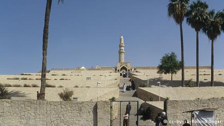 لم تقم داعش بتدمير الآثار الآشورية فقط، وإنما سبق ذلك تدميرهم لآثار إسلامية مثل مرقد النبي يونس في الموصل في يوليو/ تموز 2014. والصورة هنا من عام 1999.