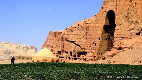 وكانت حركة طالبان الأفغانية قد سبقت كل هؤلاء في مارس عام 2001 ودمرت تمثالي بوذا في باميان، اللذين يعودان إلى القرن الـ6 الميلادي، مستخدمة مدفعية ومدافع مضادة للطائرات.