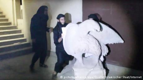 وأظهر التسجيل بالفيديو مقاتلي التنظيم وهم يدمرون في متحف الموصل القطع الأثرية كبيرة الحجم المصنوعة من الحجارة لكن لا أحد يعلم ماذا فعلوا بالتحف الصغيرة الغالية.