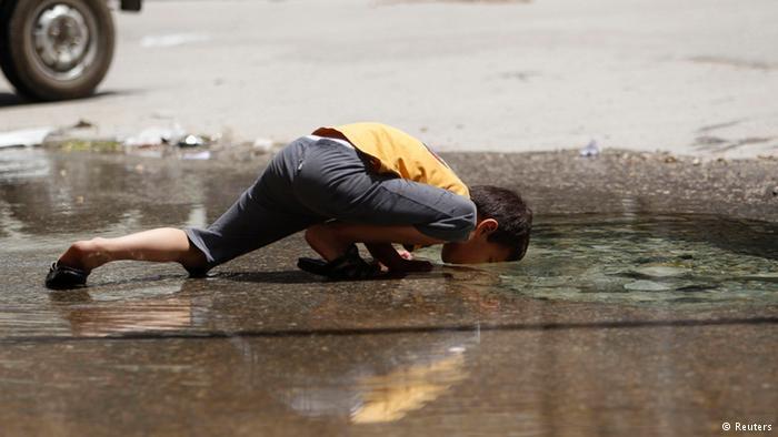 المدنيون، وخاصة الأطفال، هم أكثر المتضررين من الحرب. انعدام مياه الشرب دفع هذا الطفل في مدينة حلب إلى الشرب من المياه المتجمعة في الشارع. مأساة إنسانية كبيرة في سوريا.