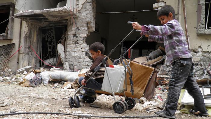 الطفولة تضيع بين ركام المعارك. أطفال في مدينة حمص يجلبون المياه لأهاليهم، وهذه قد تكون النزهة الوحيدة لهؤلاء الأطفال خارج المنزل.