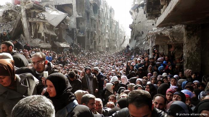 أما مخيمات اللاجئين الفلسطينيين في سوريا، كمخيم اليرموك، فأصبحت جزءا من المشهد السريالي الحزين لمأساة المدنيين من الحرب في سوريا.