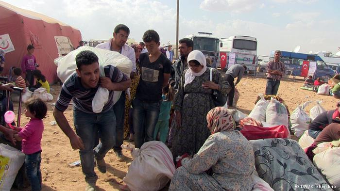 """نازحون من مدينة كوباني الكردية قرب الحدود السورية التركية. آلاف اللاجئين الأكراد فروا إلى تركيا بعد المعارك الطاحنة في مدنهم وقراهم ضد تنظيم """"داعش""""."""