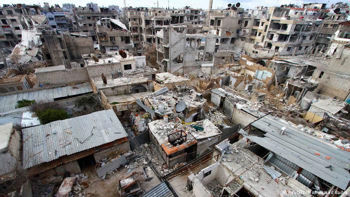 تعاني مناطق عدة في ريف دمشق، كما مدينة دوما، من دمار شامل شل الحياة فيها جراء قصف طائرات حربية أو من البراميل المتفجرة، التي تلقيها مروحيات عسكرية تابعة لنظام الأسد.