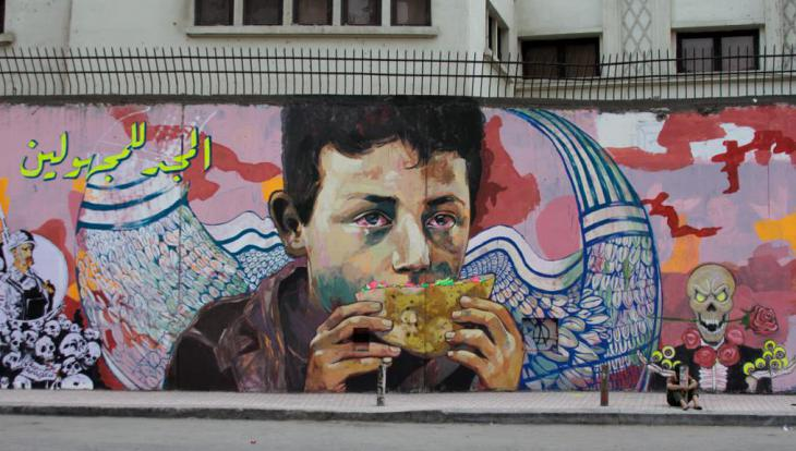 """المجد للمجهولين"""" هي عبارة كتبت على رسم لطفل بلا مأوى اسمه """"سيد خالد"""" قُتل بميدان التحرير. الرسم لعمار أبو بكر الذي يقول """"جدراننا هي الحقيقة، إن كتاب جدران الحرية وسيلة للعالم كي يقرأ ويعرف عن الثورة""""."""