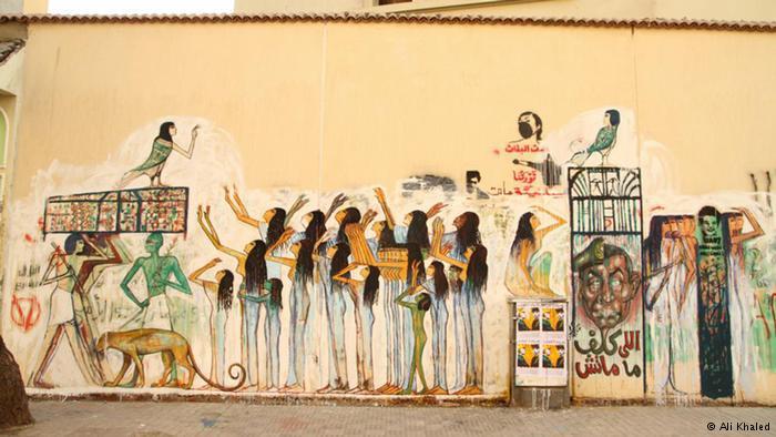 رسم المصريون في القدم على جدران المعابد للتوثيق، وعادت الرسوم ذات الروح الفرعونية في خضم ثورة 25 يناير. رسوم للفنان علاء عوض كانت حداداً على ضحايا مشجعي كرة القدم الذين قُتلوا في 2012.