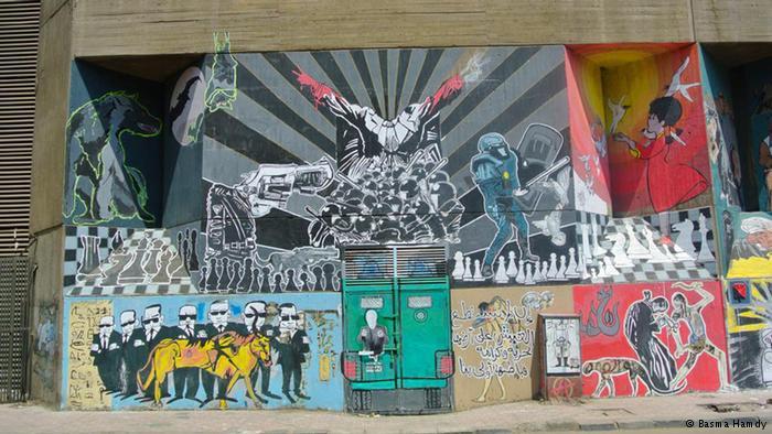 """أصبح شارع محمد محمود في القاهرة والذي شهد أحداثا دامية عام 2011 الأكثر نصيبا من رسومات الغرافيتي. الرسومات تعبر عن """"الدولة ضد الحرية"""" للفنان عبود وصورتها بسمة حمدي وعرضتها في كتاب """"جدران الحرية""""."""