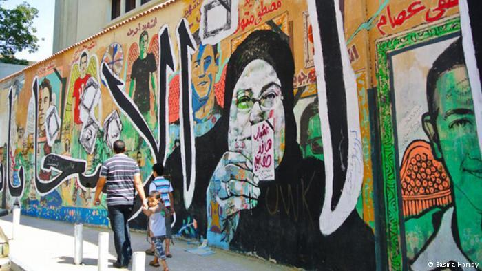 """ضمت الرسوم بورتريهات للـ""""شهداء"""" وأمهاتهم. وقال فنان الشارع عمار أبو بكر: """"الشرطة تزيل الرسوم حتى لو كانت تكريما لأحد شهداء الشرطة، مثلما مسحوا رسومي عن اللواء البطران الذي استشهد في الأحداث الأولى للثورة""""."""
