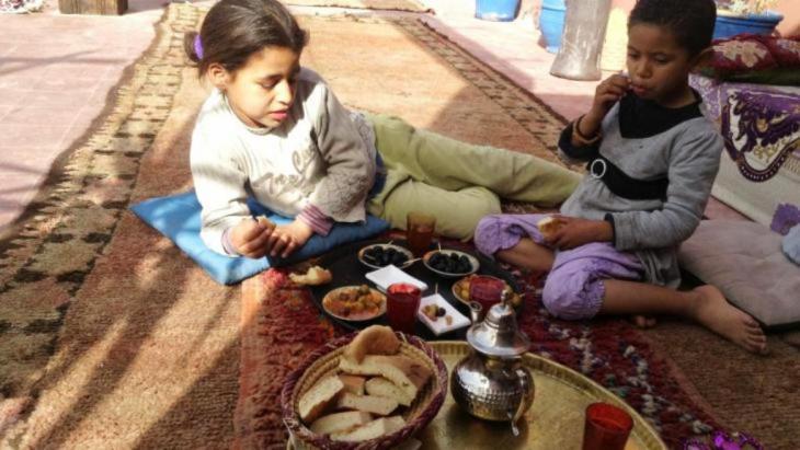 يكافح صاحب مطعم في مدينة مراكش المغربية ضد الفقر المدقع الذي يقاسيه أطفال الشوارع في مدينته.