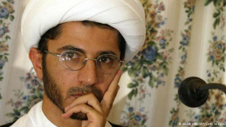 """حوكم الناشط السياسي ورجل الدين الشيعي البحريني الشيخ علي سلمان بتهمة التحريض على النظام والدعوة إلى الإطاحة به وسط احتجاجات شعبية واتهامات للحكومة بـ""""خنق"""" المعارضة."""