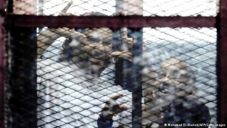قضية المدون والناشط علاء عبد الفتاح جاءت ضمن سلسلة اعتقالات للمدونين السياسيين الذين اصطدموا بالمجلس الأعلي للقوات المسلحة المصرية، علاء حكم بالسجن المشدد 5 سنوات.